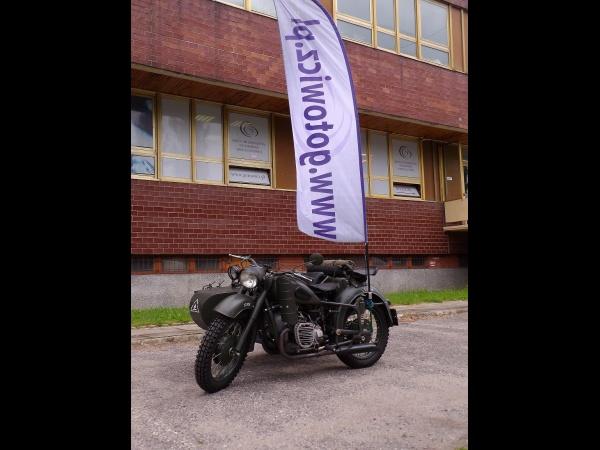 motocykl w firmowych barwach przed siedzibą Kancelarii w Bydgoszczy